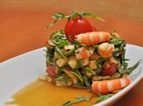 Дієтичний салат з креветок і авокадо