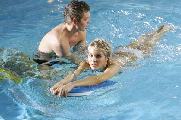 Як навчитися плавати? Способи навчання в водоймах і басейні