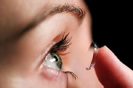 Як одягати та знімати контактні лінзи вперше