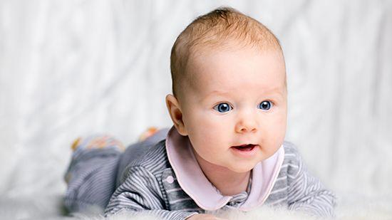 Когда ребенок начинает слышать после рождения