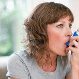 Приступ бронхіальної астми у людини